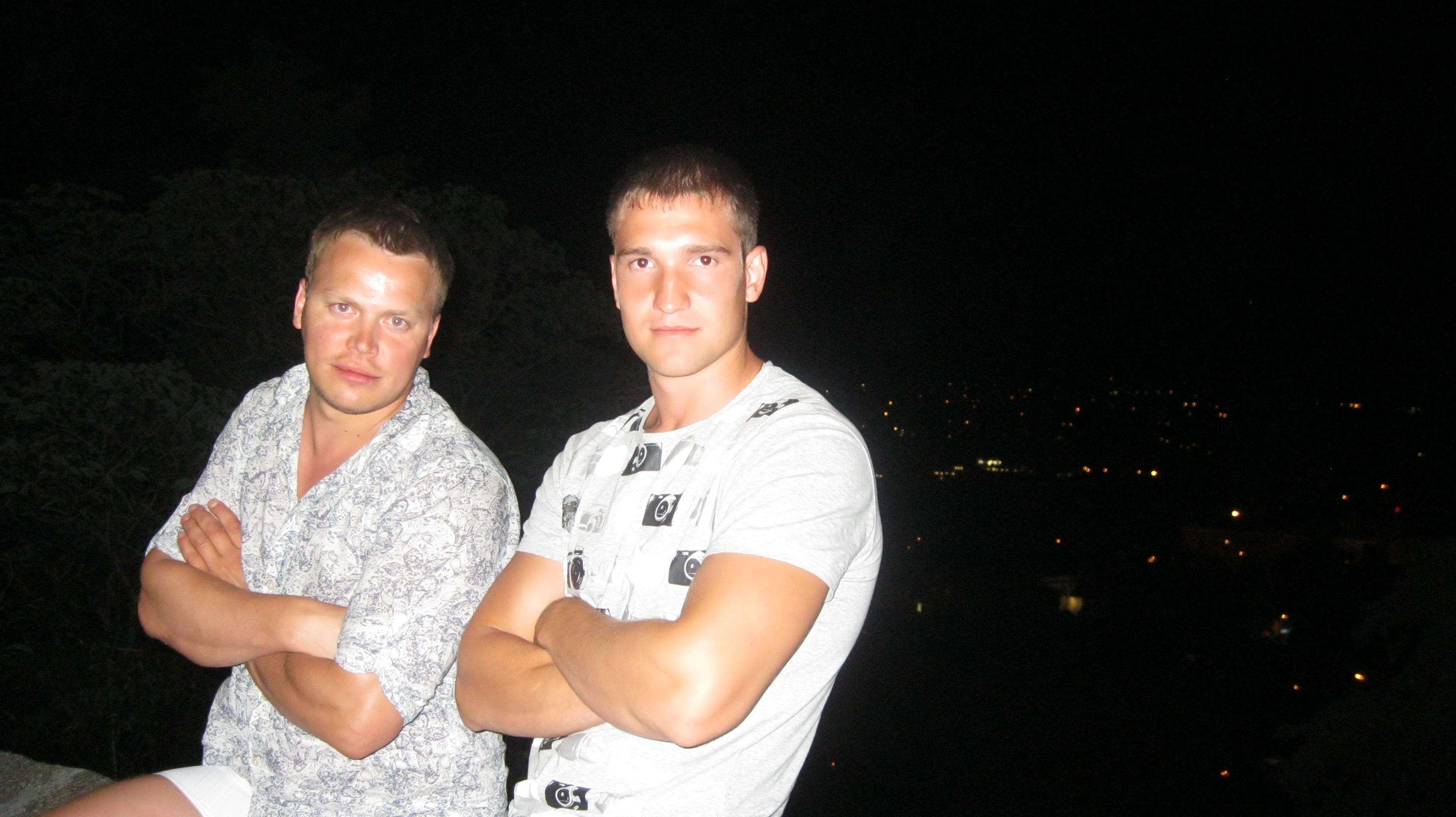 помогите найти этого мальчика, который справа!!!