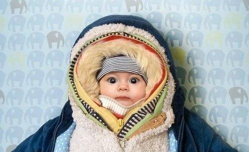 Зима. Мамочка собирает на прогулку...