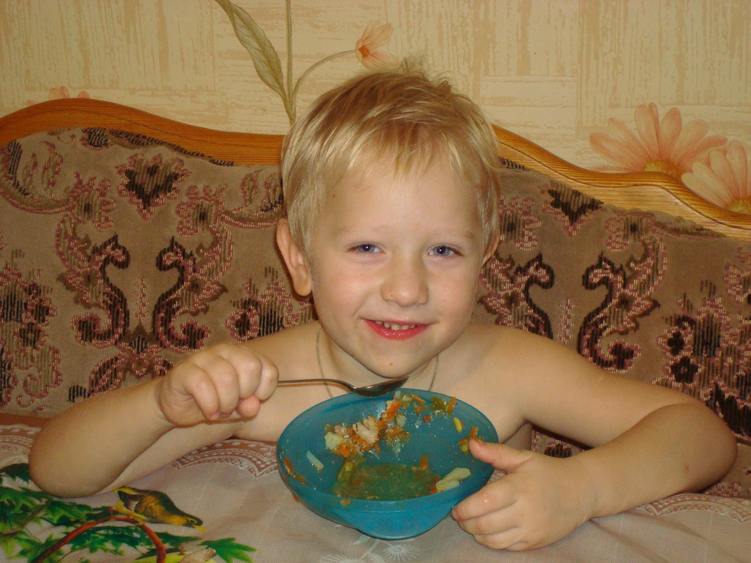 Сын Слава кушает классный салат!
