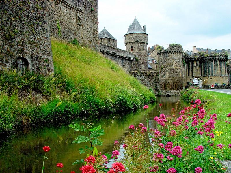 Город-крепость Фужер во Франции...