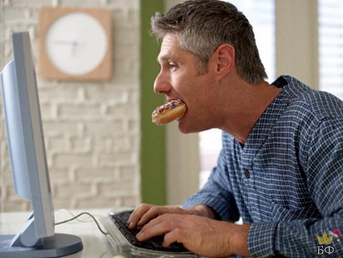 Сидит муж в интернете, жует яблоко...