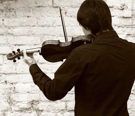 Играла скрипка, для глухих играла....