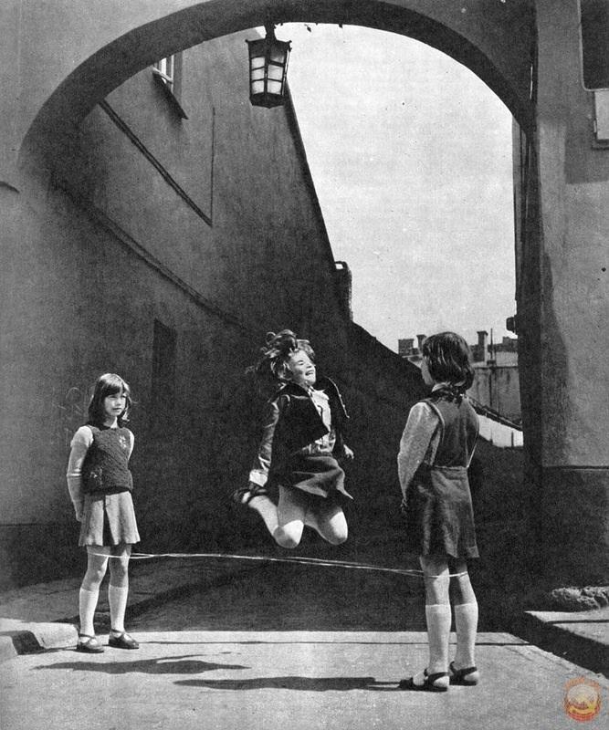 В последнее время мне вспоминается фрагмент из моего детства:  Голубое небо, солнце и желтое море одуванчиков.  И я, одетая в платьице, белые гольфики и сандалики.  Иду и лопаю с беззаботностью мороженое в стаканчике.   Откуда-то с балконов доносится музы...