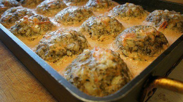 Тефтели с грибами, запеченные в духовке в томатно-сметанном соусе.