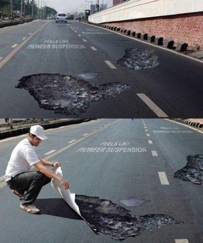 Наклейки скоростного ограничения на дорогу.