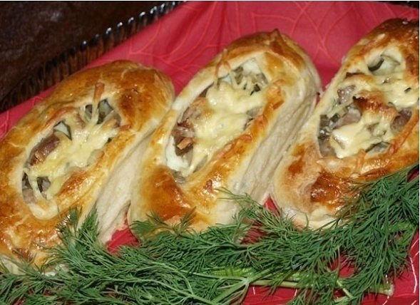 Лодочки из слоеного теста с картофелем, мясом и огурчиками.