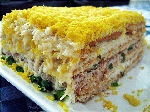 Рыбный салат с крекерами.