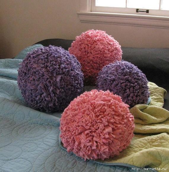 Коврики и подушки из трикотажа (можно использовать ненужные футболки)