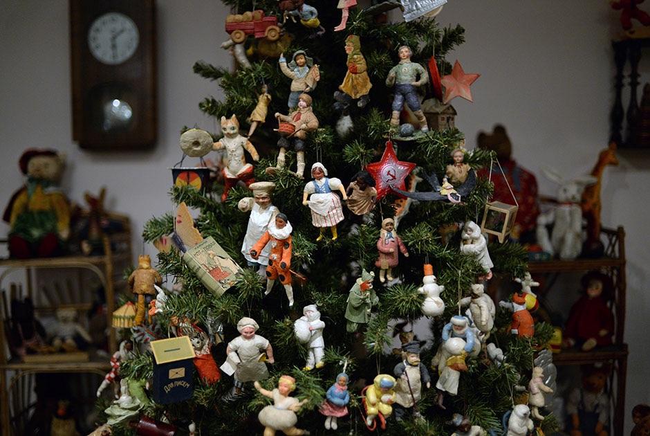 В1925 в Советском Союзе обычай отмечать Рождество был запрещен. В следующие десять лет елок в нашей стране не украшали