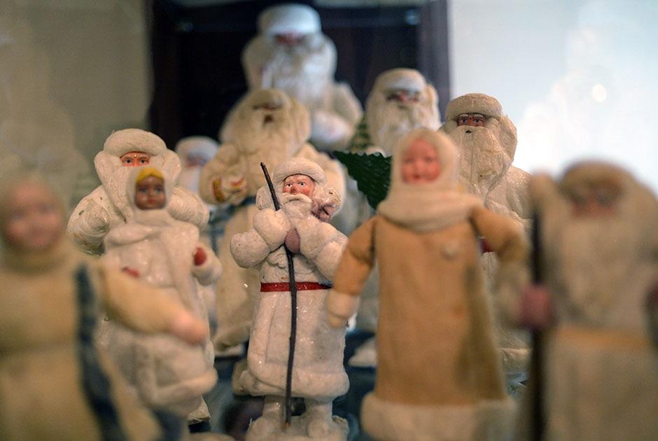 В допетровские времена на Руси Деда Мороза представляли как старичка с седой бородой, который бегал по полям и стуком