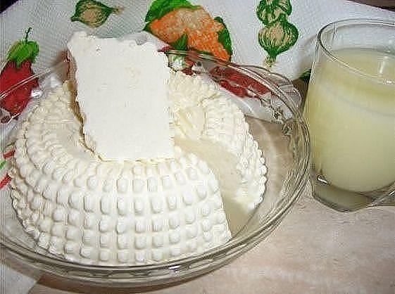 Вкус типа сулугуни или нежной брынзы. Можно делать с укропом, кинзой, грецкими орехами, оливками, паприкой.