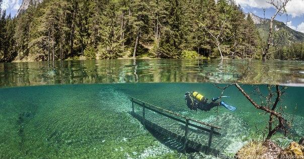 В Австрии расположено озеро Грюнер, со всех сторон окружённое горами