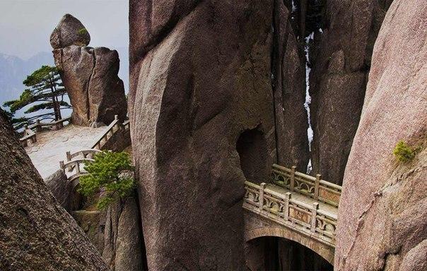 Мост бессмертных на горе хуаншань в Китае.