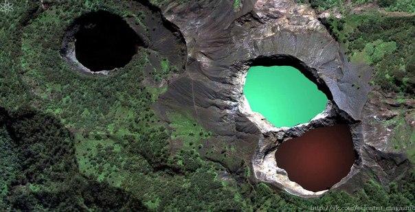 На вершине индонезийского вулкана Келимуту расположены три озера, каждое из которых периодически меняет цвет от бирюзового к зелёному, красному и чёрному