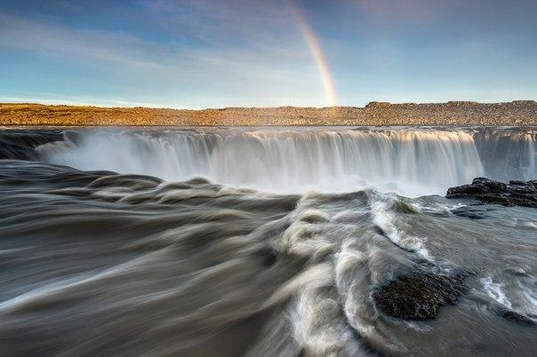 На севере Исландии расположилось одно из чудес природы водопад Селфосс, который поражает каждого своей мощью и красотой