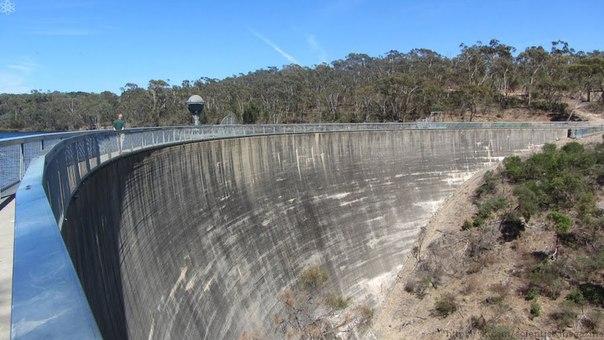 Недалеко от австралийского города Аделаида находится водохранилище Баросса, которое ограждает полукруглая плотина