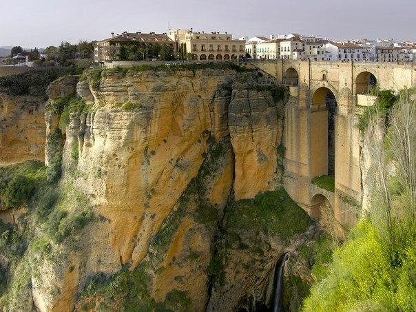 Ронда Город, парящий над пропастью находится в Испании, расположен на высоте в 723 м над уровнем моря в горах