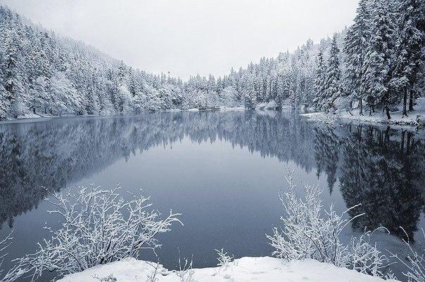 Синевир самое известное и большое озеро в Украинских Карпатах
