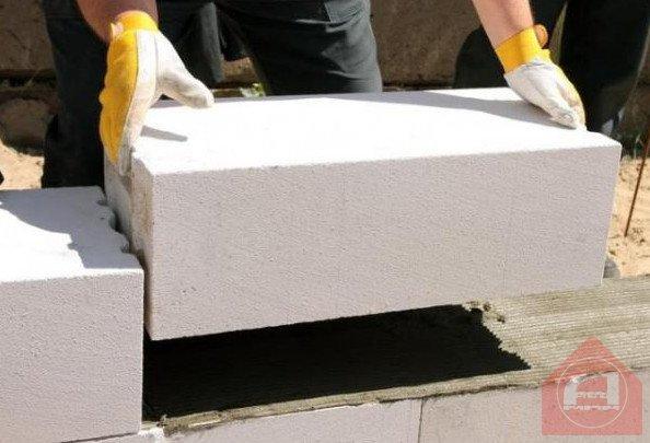 Для постоянного проживания в здании из пеноблоков какая должна быть толщина стен?