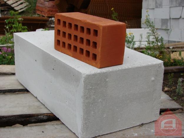 Какие преимущества у пеноблока и кирпича для строительства дома?