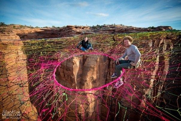 Американские экстремалы натянули разноцветную паутину в 122 метрах над дном ущелья в пустыне Мохаве.