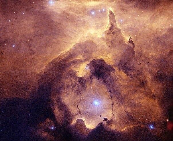 Астрономы до сих пор не знают почему, но одни из самых массивных звезд нашей Вселенной формируются именно в эмиссионной туманности NGC 6357