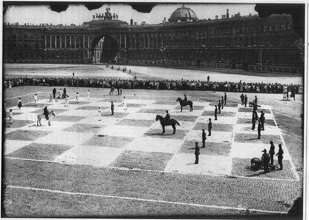 Редкое фото игры в шахматы.