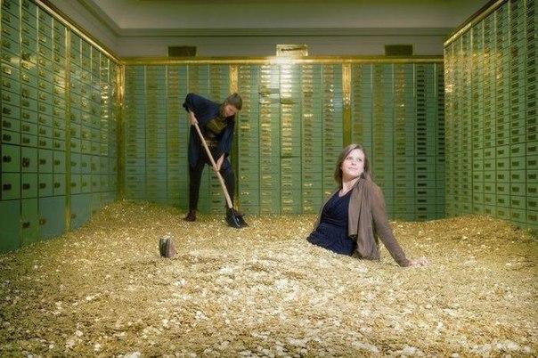 Бассейн с деньгами находится в швейцарском банке Schweizer Volksbank в Базеле
