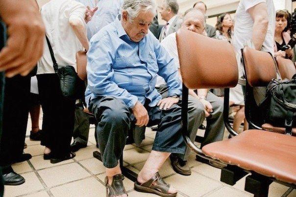 Президент Уругвая Хосе Альберто Мухика Кордано сидит в общей очереди в поликлинике.