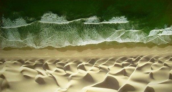 Встреча волн на песке и воде.