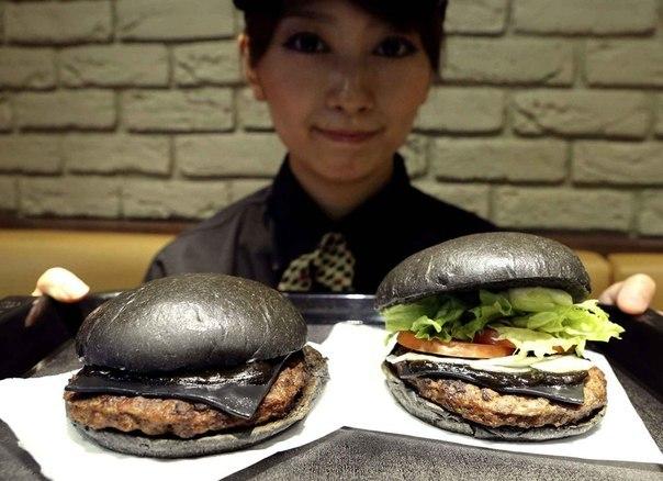 Чёрный бургер или Куро бургер, новый хит в Японии.