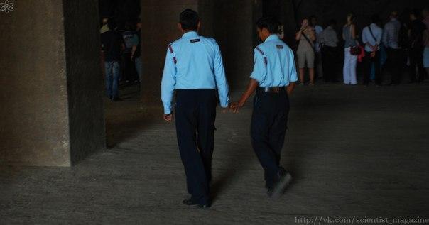 В Непале и в Индии часто можно увидеть гуляющих по улице мужчин, включая даже полицейских, которые держатся за руки.