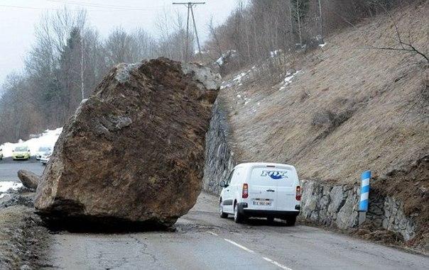 Упавший 50-тонный валун преградил дорогу во французских Альпах.