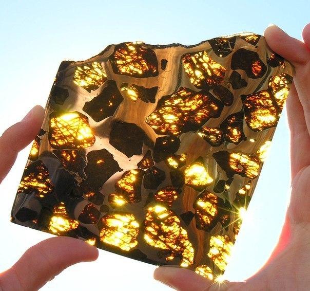 Кусок метеорита, упавшего в 2000 году в пустыне Гоби в Китае.