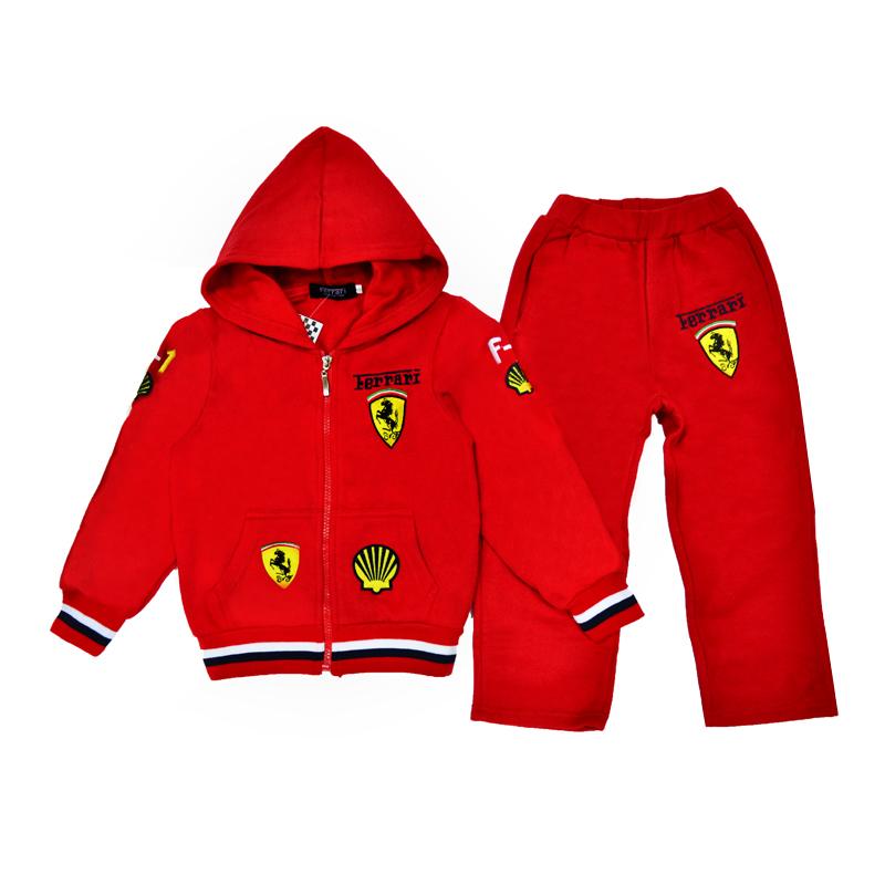 Красный костюм с эмблемой известной итальянской компании, выпускающей спортивные автомобили-Феррари, несомненно, станет самой любимой вещью в гардеробе любого мальчишки.