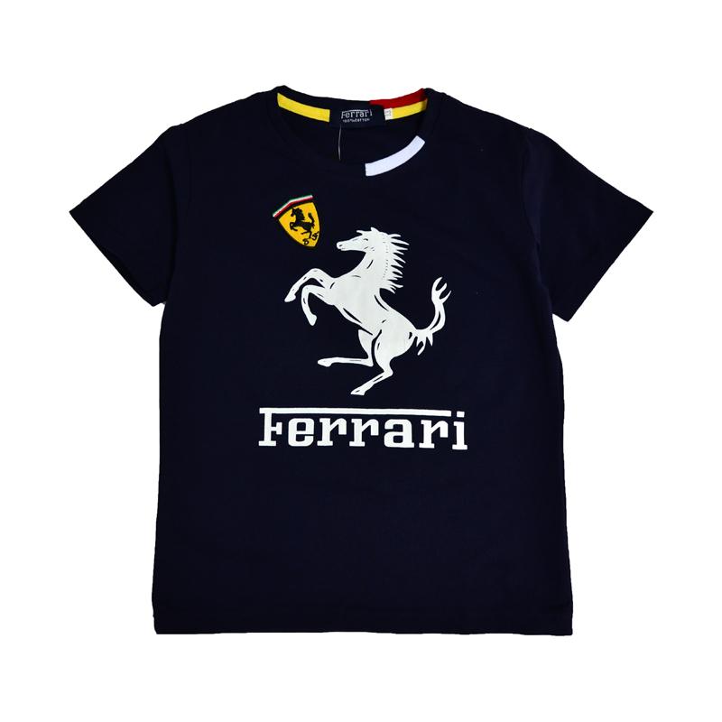 Черная стильная футболка Ferrari с лицевой стороны украшена белым контрастным принтом - изображением жеребца и надписью.