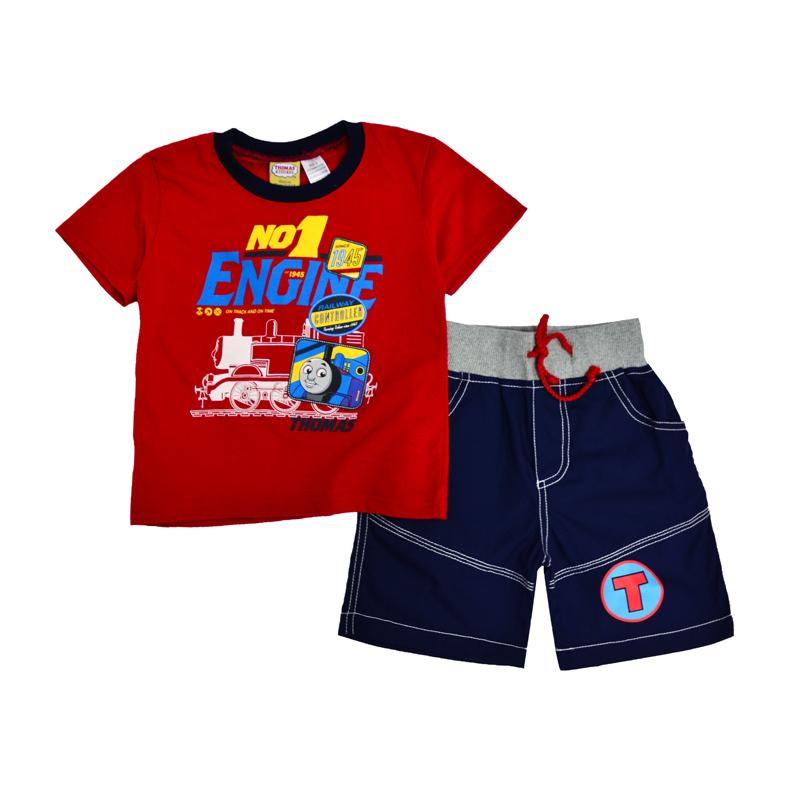 Легкий костюм для мальчишек состоит из футболки и шорт.