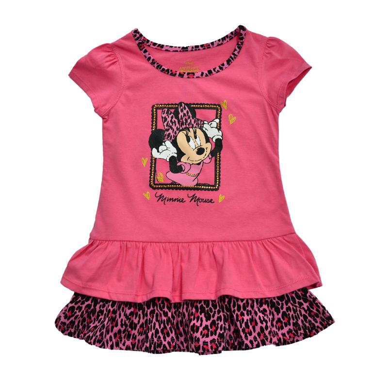 Платье насыщенного розового цвета с изображением прихорашивающейся модницы Минни Маус - летний вариант одежды.