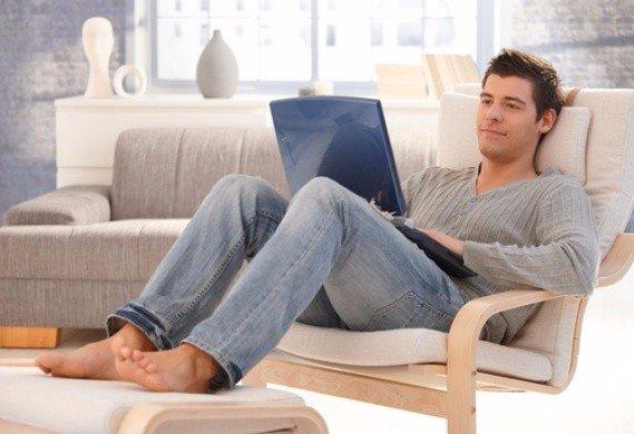 Сидит муж в интернете, жует яблоко и как всегда занят.