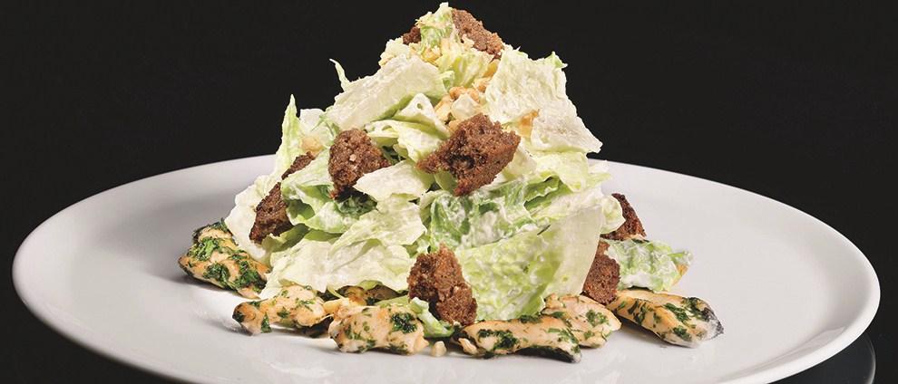 Салат из листьев романо с заправкой из синего сыра