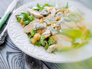 Салат с грудкой, грушей и горгонзолой