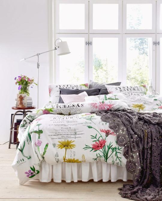 Чтобы утром не заморачиваться на с какой ноги вставать, просто падай с кровати