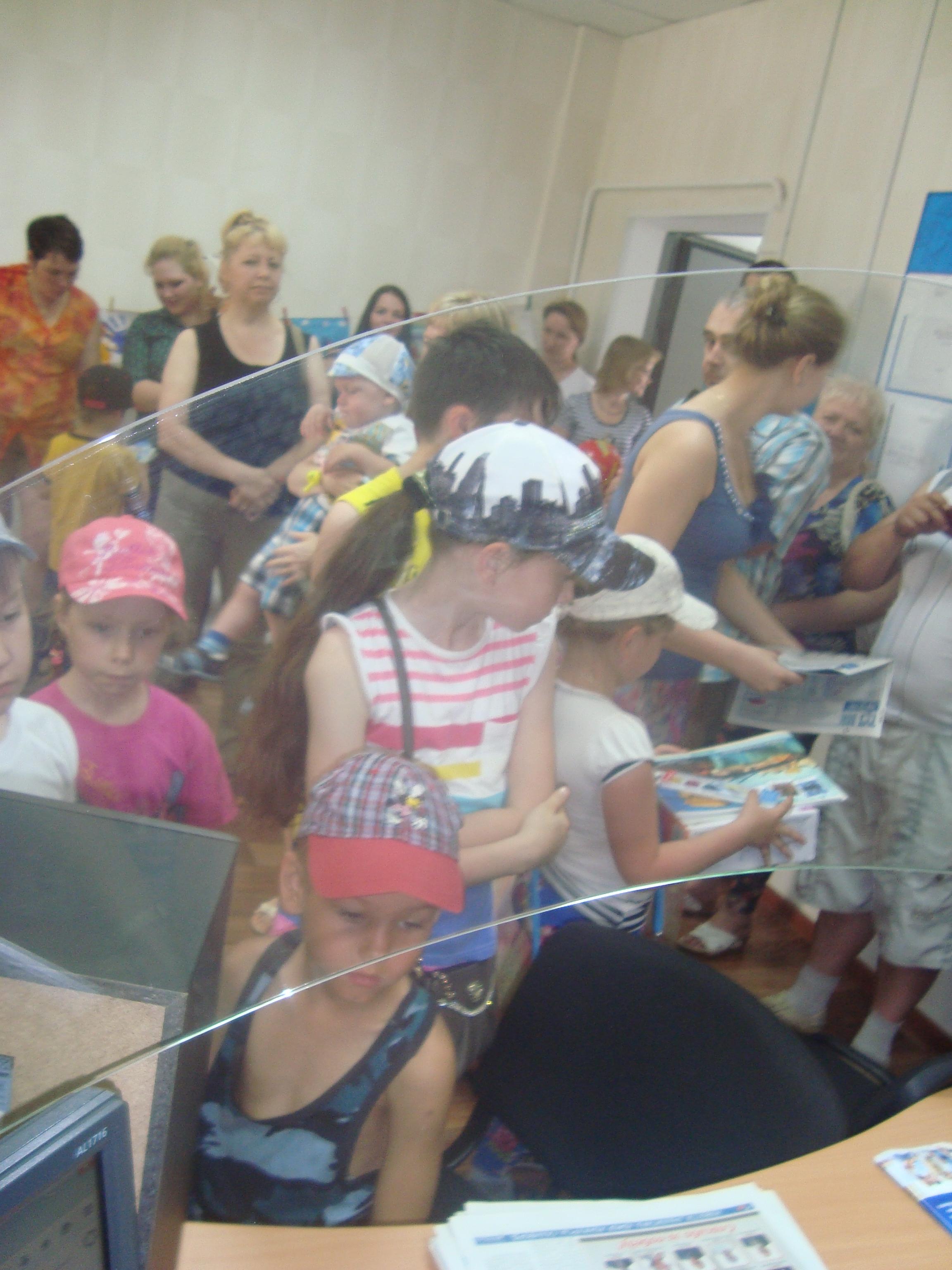 Детки получают поощрительные призы в конкурсе Я и счастье