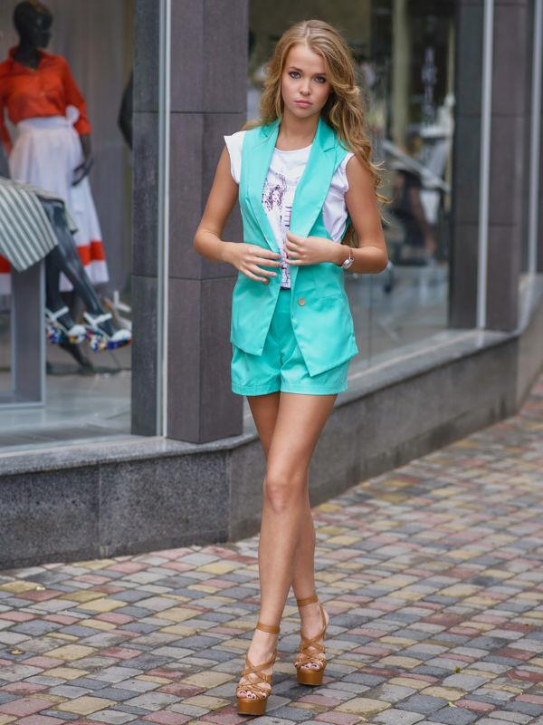 очень модная и стильная одежда,и стоит совсем не дорого!)))