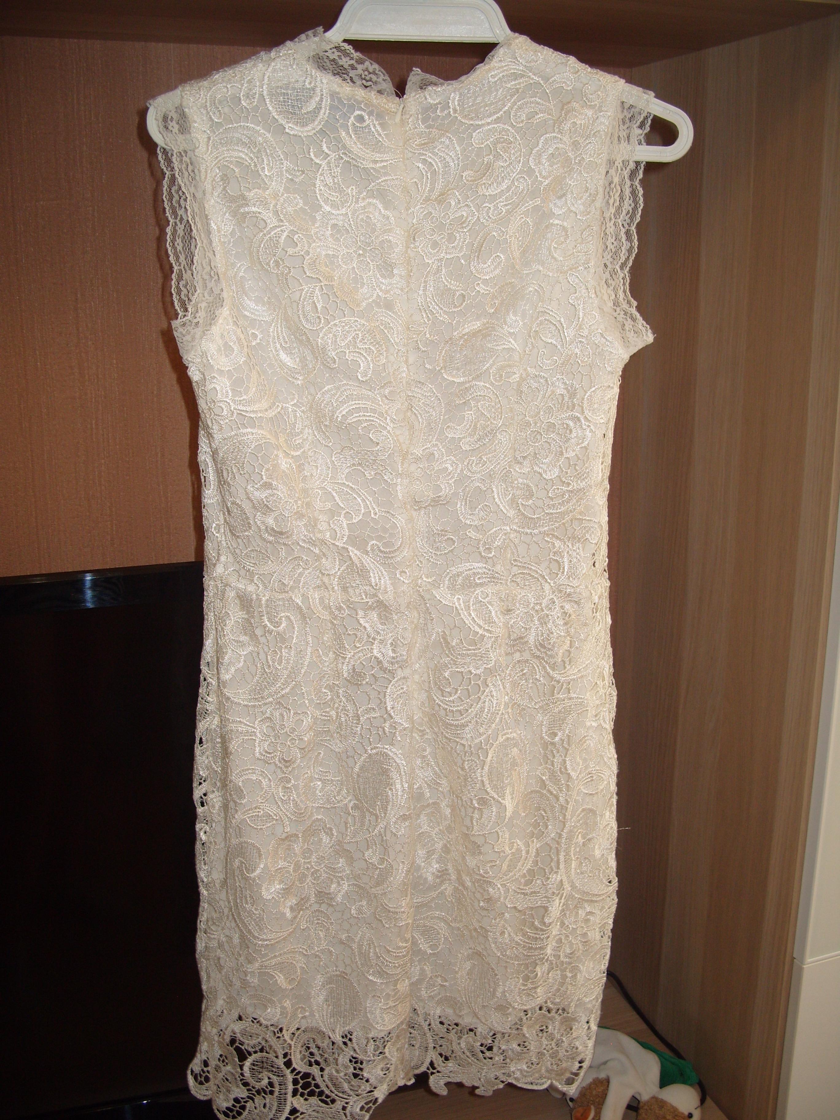 Предлагаю два новых платья кружевное цвета айвори и платье-сарафанчик бело-синее. Размер 42
