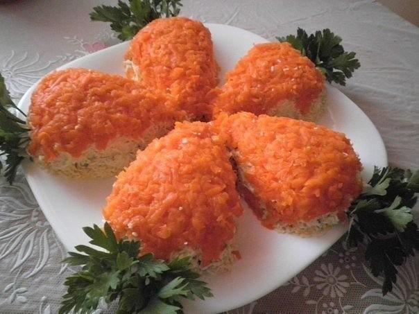 Салат с куриным филе и грибами Морковки