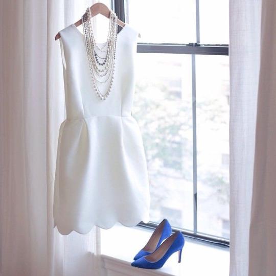 Платье должно быть достаточно облегающим, чтобы показать, что вы женщина, и достаточно свободным, чтобы показать, что вы леди. (с) (Эдит Хед)