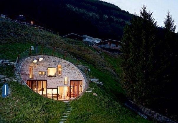 Домик-землянка в швейцарских Альпах