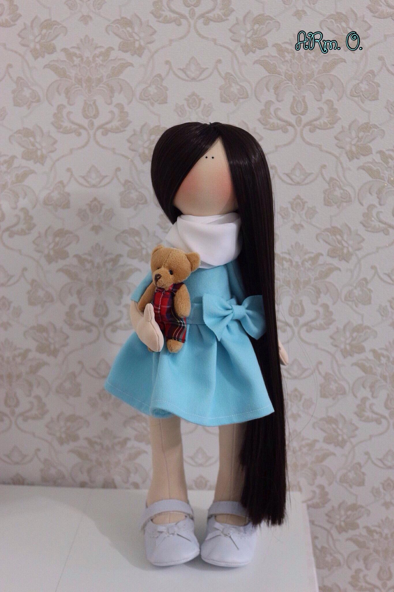 Красотка в платье, потрясающего голубого цвета
