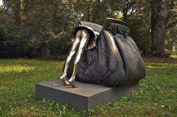 Памятник женской сумочке.